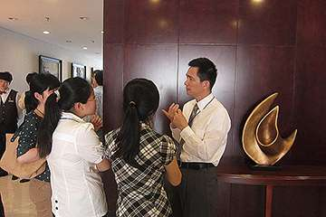 Yang Yao greets workshop participants